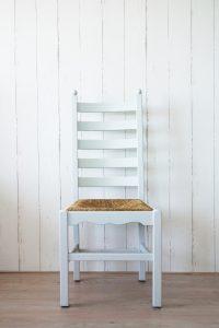 Licht grijze stoel met riete zitting restyle